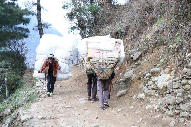 ネパール ルクラ 荷物運び