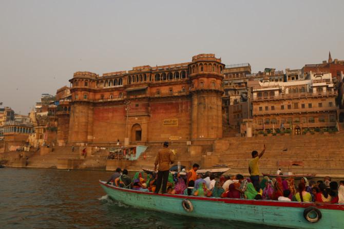 インド バラナシ 船