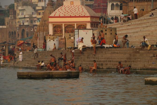 インド バラナシ 沐浴