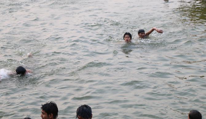 インド バラナシ 水泳