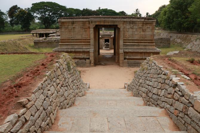 インド ハンピ 地下シヴァ寺院