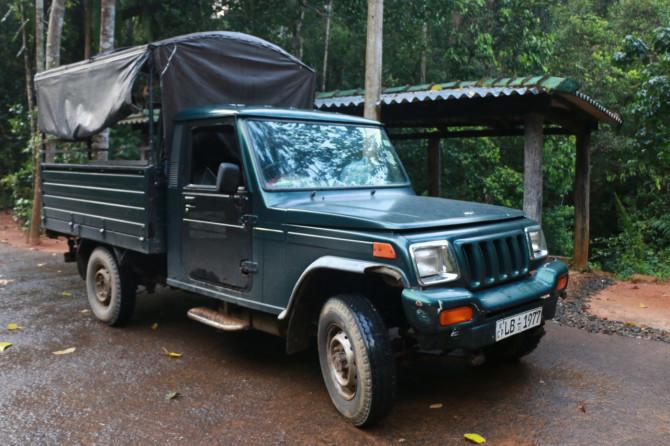 スリランカ ラトゥナプラ 車