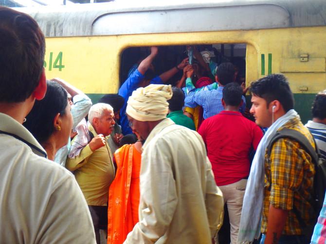 インド デリー 電車