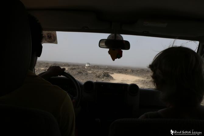 ダナキルのダロール火山に向かう途中の未舗装道