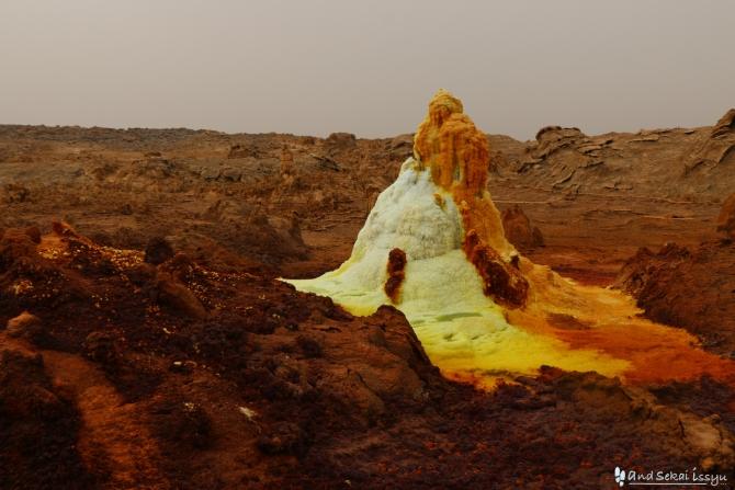 ダナキルのダロール火山のとんがった山