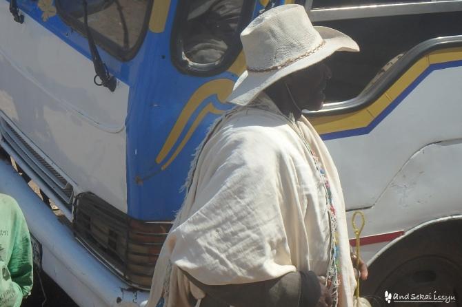 アルバミンチのバス停で民族を見かけた