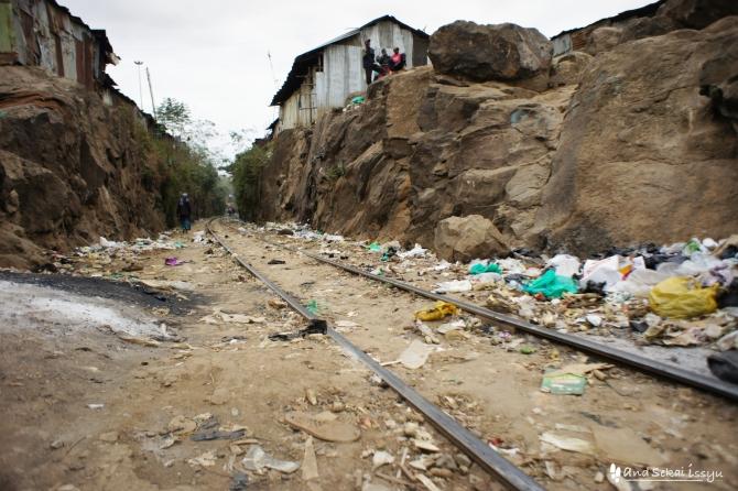 ナイロビのスラム街、キベラでゴミだらけの線路