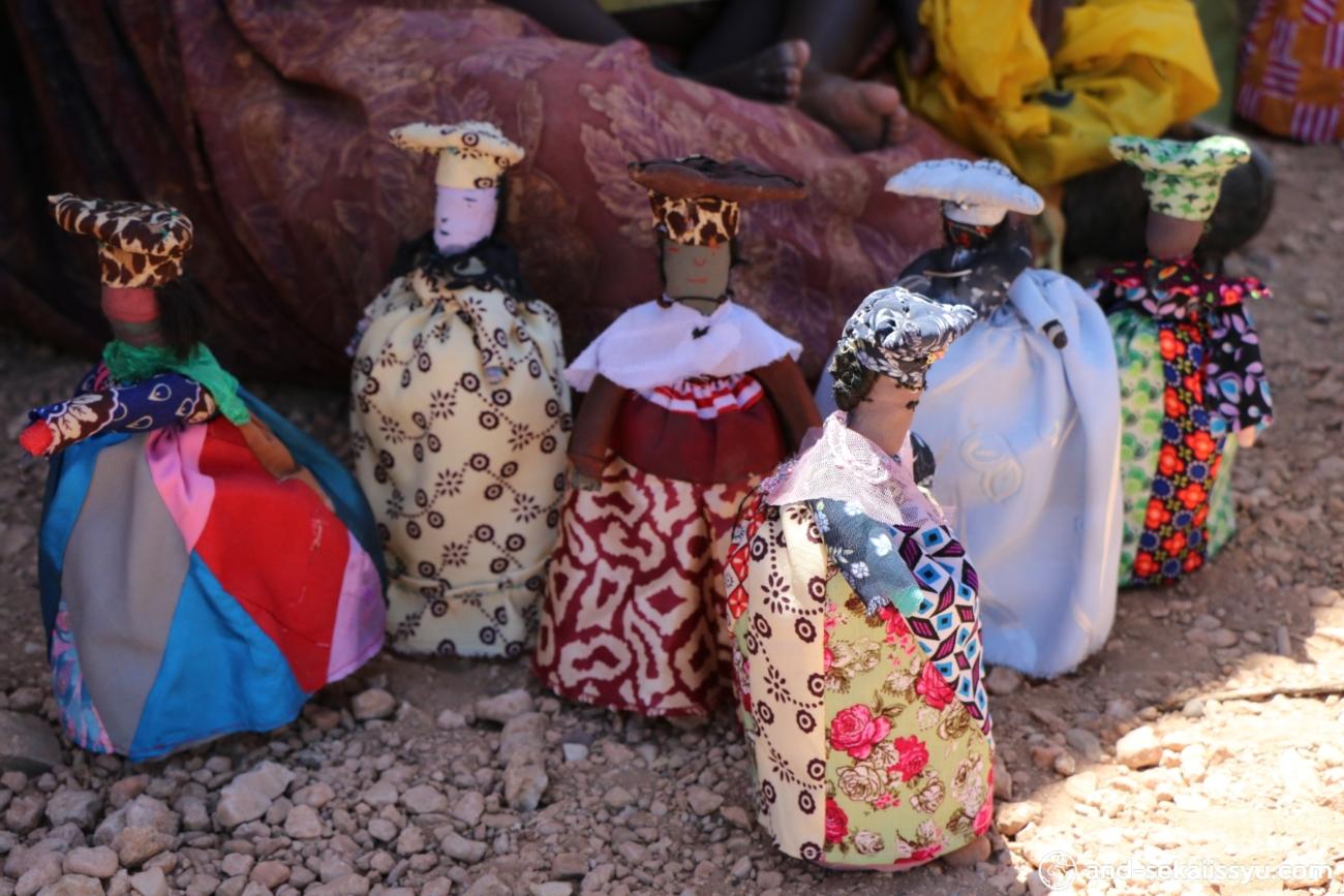 ナミビアレンタカー旅。伝統民族のヒンバ・デンバ・ヘレロに会うためにオプウォに行ってきた
