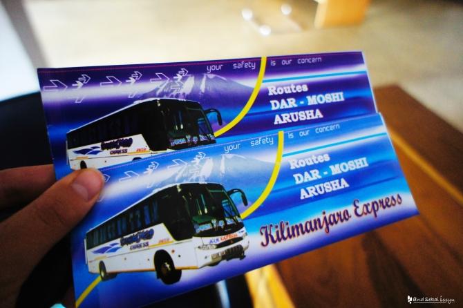 キリマンジャロエクスプレスでモシからダルエスサラームにバスで移動