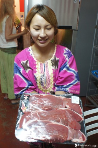 リビングストンの宿で肉パーティー