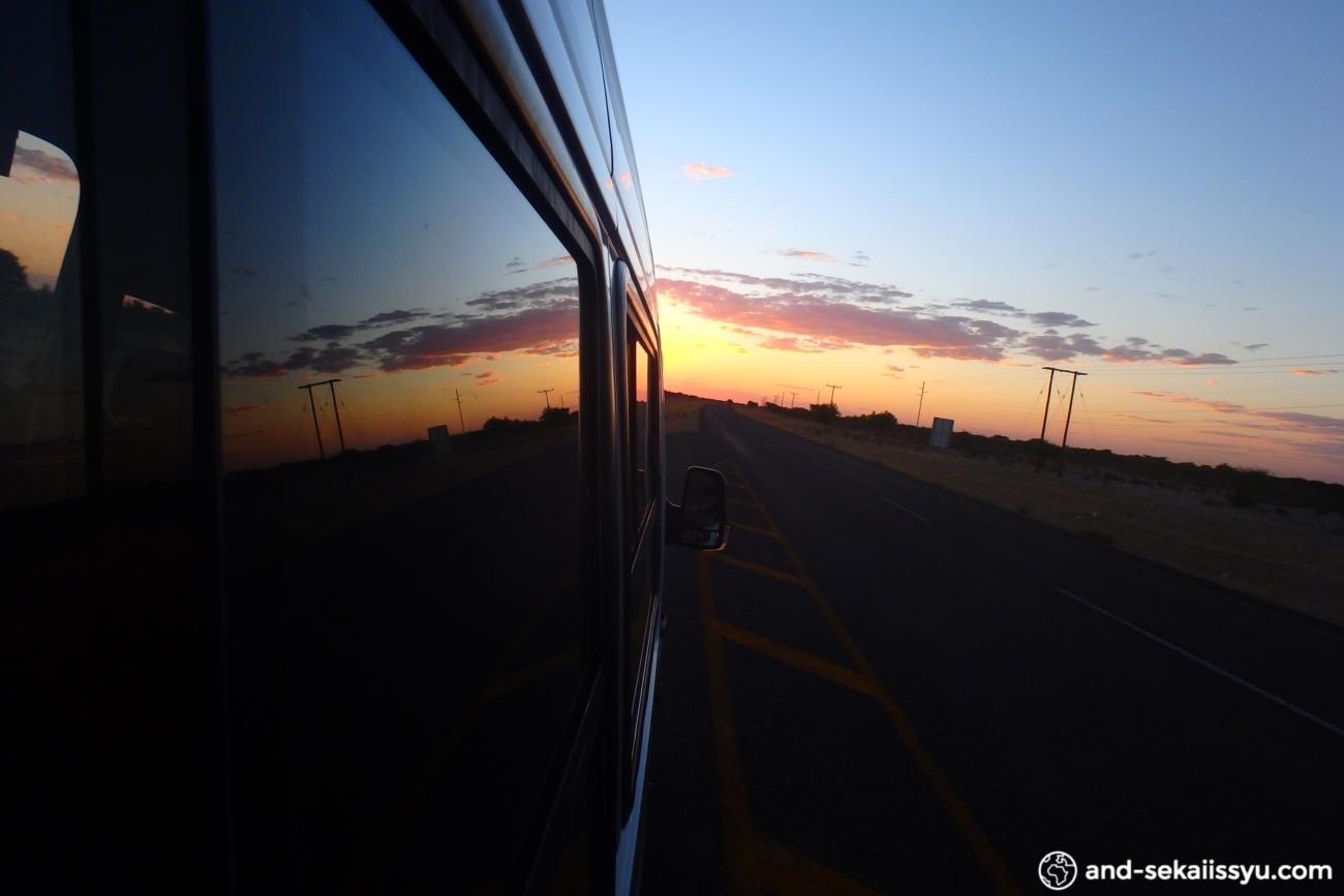 ボツワナのマウンからナミビアのウィントフックにバスとヒッチハイクで移動
