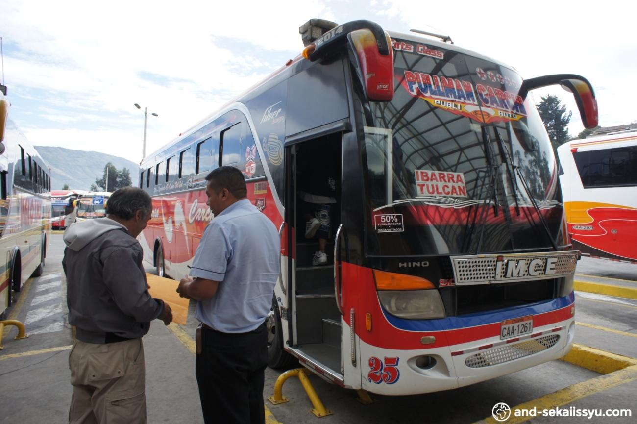 キトからイピアレスにバスで移動