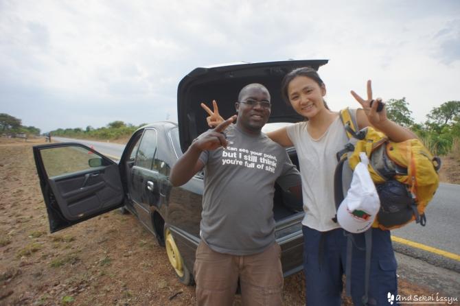 ザンビアでヒッチハイク。有料だけど主流の移動手段。